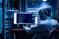 Un pirate informatique codant le serveur photo libre de droits