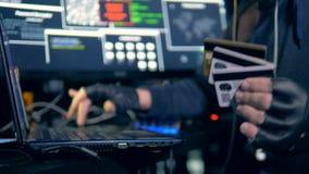 Un pirate informatique volant des données des cartes de crédit 4K clips vidéos