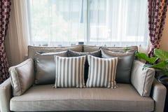 Un piture interno di tessuto grigio appoggia su spirito grigio del sofà del tessuto fotografia stock libera da diritti