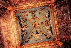 Un plafond doré au coeur de Vientiane Photos stock