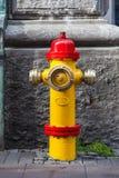 Un plan rapproché à une bouche d'incendie rouge et jaune Photographie stock