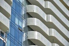 Un plan rapproché condominium ayant beaucoup d'étages de luxe du ` s de Toronto du plus nouveau Photo libre de droits