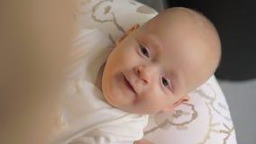 Un plan rapproché d'un bébé riant nerveusement clips vidéos