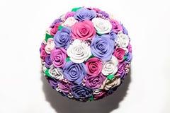 Un plan rapproché d'un bouquet artificiel romantique des fleurs d'un tissu lilas, de rose et blanc fait à partir du foamiran sur  image stock