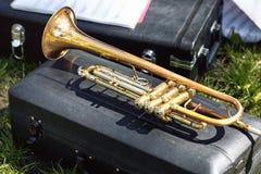 Un plan rapproché d'un cornet ou d'une trompette en laiton photos libres de droits