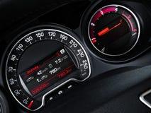 Un plan rapproché d'indicateur de vitesse et de tachymètre. Image stock