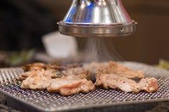 Un plan rapproché d'un ventilateur d'extraction coréen de BBQ suçant la fumée du fourneau de BBQ images stock