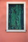 Un plan rapproché de fenêtre avec les abat-jour fermés du soleil Photos libres de droits