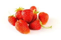 Un plan rapproché de grandes fraises sur un fond blanc Image stock