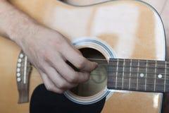 Un plan rapproché de guitare acoustique Photos libres de droits