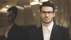 Un plan rapproché de jeune homme d'affaires dans des lunettes Images stock