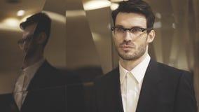 Un plan rapproché de jeune homme d'affaires dans des lunettes Photos libres de droits