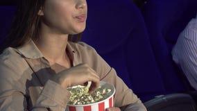 Un plan rapproché de la façon dont une fille mange du maïs éclaté et montre un signe de silence clips vidéos