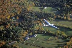 Un planeador aéreo vuela sobre Warren, Vermont en otoño Imagenes de archivo