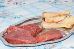 Un plat avec de la viande crue, pour faire cuire avec le barbecue images stock
