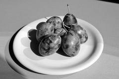Un plat avec des prunes Photos stock