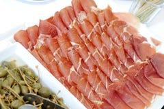 Un plat avec du jambon espagnol de serrano Photos libres de droits