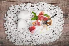Un plat avec les restes de la nourriture et le verre inversé sur un blanc lapide le fond couverts Copiez l'espace Photographie stock libre de droits