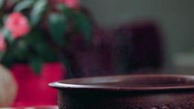 Un plat chaud dans un pot banque de vidéos