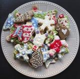 Un plat complètement des biscuits de Noël photos stock