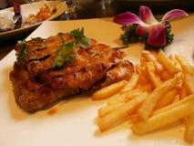Un plat de biftek et de pommes chips Image stock
