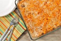 Un plat de chou cuit cuit au four avec la sauce tomate et les champignons (Russe Solyanka) Images libres de droits