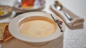 Un plat de la soupe crème à poissons sur la table images stock