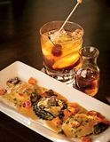 Un plat de luxe de salade rôtie de homard sur une table image stock