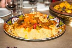 Un plat de plat marocain traditionnel de couscous Images libres de droits