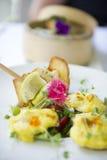 Un plat de nourriture attend pour être mangé à un restaurant fin photo stock