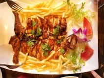 Un plat de poulet rôti et de pommes chips, délicieux Photographie stock