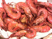 Un plat des crevettes roses de tigre images libres de droits