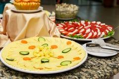Un plat des fromages coupés en tranches Photographie stock
