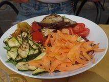 Un plat des légumes grillés mélangés images libres de droits