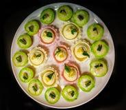 Un plat des petits gâteaux assortis Image stock
