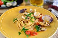 Un plat des spaghetti entiers avec des palourdes Photographie stock libre de droits