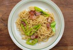 Un plat des spaghetti sur la table en bois image libre de droits