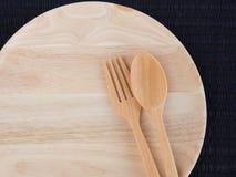 Un plat en bois vide avec les cuillères et les fourchettes en bois Image libre de droits