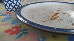 Un plat et une tasse de petit déjeuner Images libres de droits