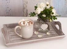 Un plateau avec du chocolat chaud Photos libres de droits