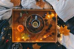 Un plateau avec une tasse de thé chaud Composition d'automne photo stock