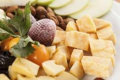 Un plateau de fromage avec la partie de nourriture de fruit photo libre de droits