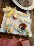 Un plateau de fromage et de viande Images stock
