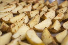 Un plateau de plan rapproché de pommes chips d'Oven Baked Fried Sweet Homemade a isolé la nourriture images libres de droits