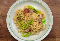 Un plato de espaguetis en la tabla de madera imagen de archivo libre de regalías