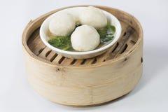 Un plato de la bola de pescados de Dim Sum fotografía de archivo