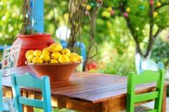 Un plato de limones en café al aire libre griego típico Fotografía de archivo libre de regalías