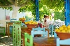 Un plato de limones en café al aire libre griego típico Imagenes de archivo