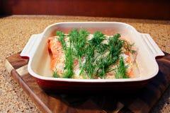 Un plato de los salmones colocados en un plato que se hará en gravlax Fotografía de archivo libre de regalías