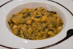 Un plato de Ribollita, de la sopa toscana famosa con pan, col negra y habas del cannellini fotografía de archivo